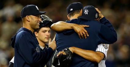 El jueves 26 de septiembre fue el último partido en la carrera de Rivera. Joe Girardi mandó a Pettitte y a Jeter a cambiarlo. Los abrazos, las lágrimas y las ovaciones se tomaron Yankee Stadium.