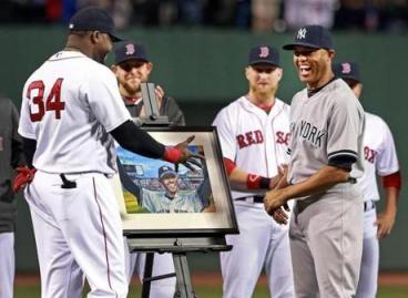David Ortiz entrega uno de los regalos de Red Sox a Rivera: un retrato del gesto de 2005. ||| Foto tomada de bostonglobe.com