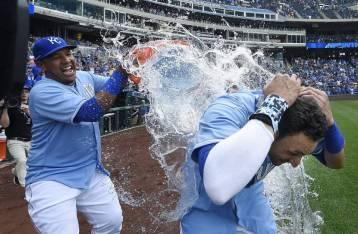 Baño de felicidad a Paulo Orlando de Kansas City luego de dar grand slam ganador. / Foto tomada de kansascity.com